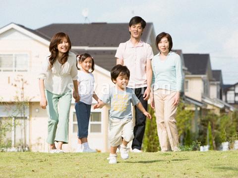 駆け出す男の子と家族