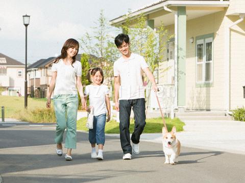犬の散歩をする親子