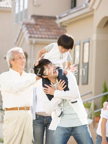 肩車をする父親と家族