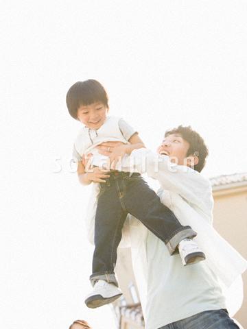 ふれあう父と息子