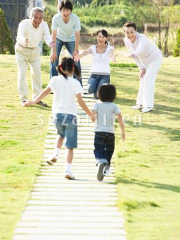 走る子供と家族