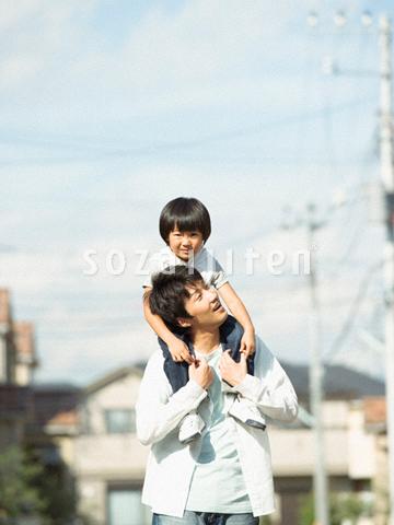肩車をする父と息子