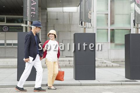 散歩をするシニア夫婦