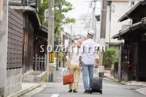 旅行中のシニア夫婦