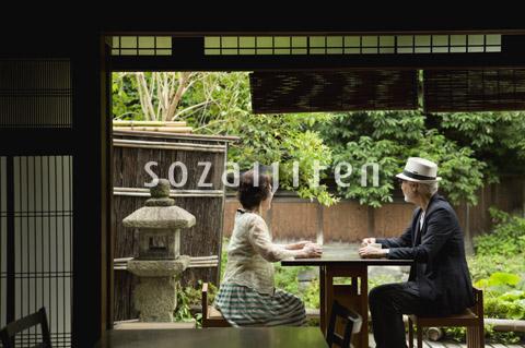 カフェでくつろぐシニア夫婦