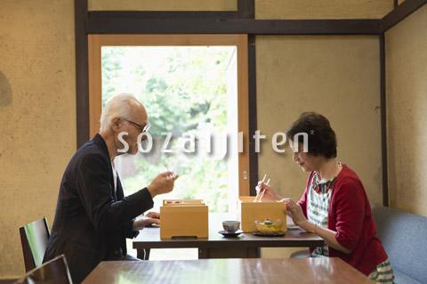 食事をするシニア夫婦