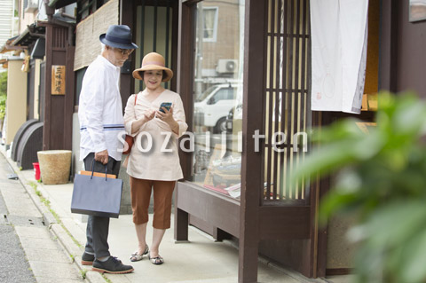 店頭ディスプレイを眺めるシニア夫婦