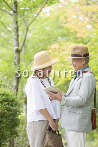 タブレットPCを見るシニア夫婦