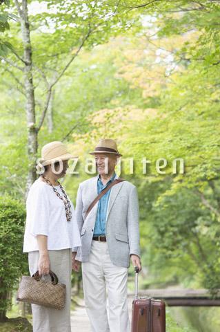 見つめあうシニア夫婦