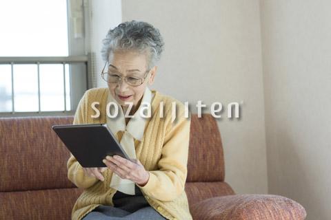 タブレットを操作するシニアの女性