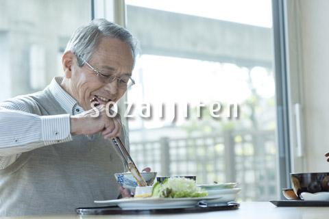 食事を摂るシニアの男性