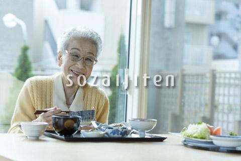 食事を摂るシニアの女性