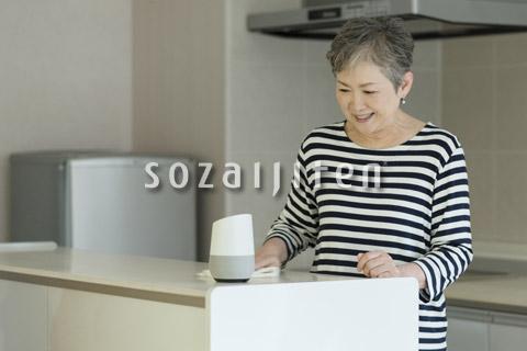 AIスピーカーに話しかける老夫婦