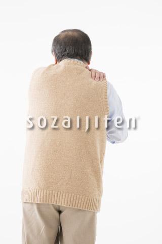 肩が痛むシニアの男性