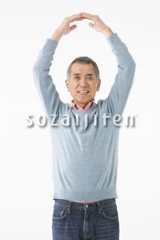 丸印を作るシニアの男性