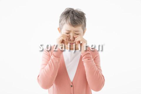 泣いているシニアの女性