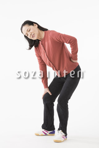 腰が痛むシニアの女性