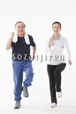ジョギングをするシニアのカップル