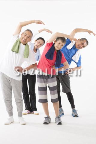 ストレッチをするシニアの男女4人