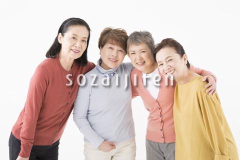 肩を組むシニアの女性4人