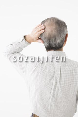 髪の毛が気になるシニアの男性