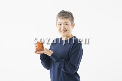ジュースを持つシニアの女性