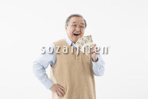 紙幣を持つシニアの男性