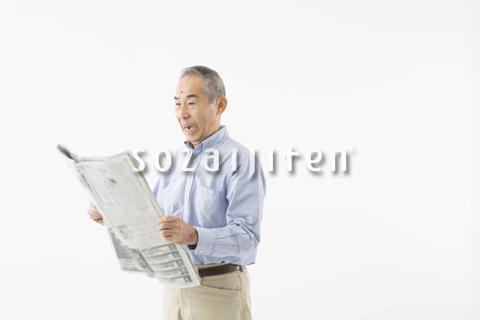 新聞を読むシニアの男性