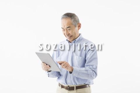 タブレットを操作するシニアの男性