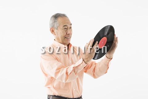 レコードをながめるシニアの男性