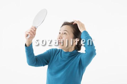 髪の毛が気になるシニアの女性