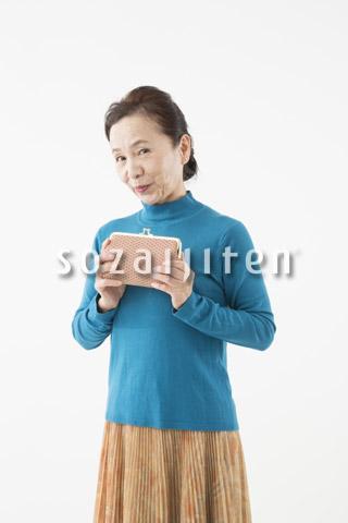 財布を持つシニアの女性