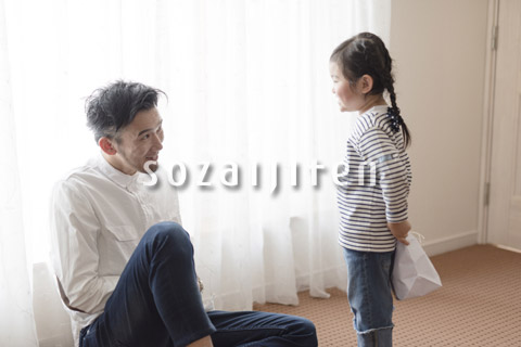 お父さんにプレゼントをあげる娘