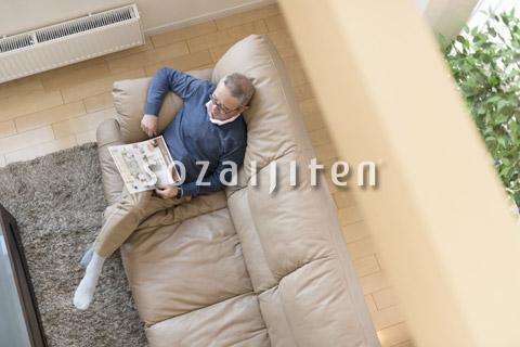 ソファーでくつろぐ年配の男性