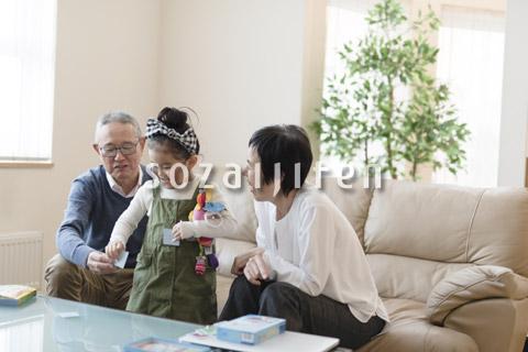 おじいちゃんとおばあちゃんと遊ぶ女の子