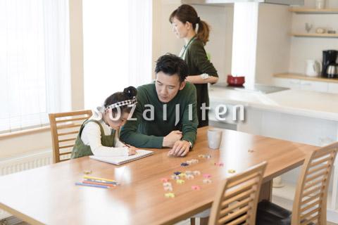 お絵かきをする女の子とその両親