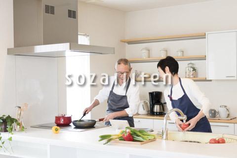 料理を作る老夫婦