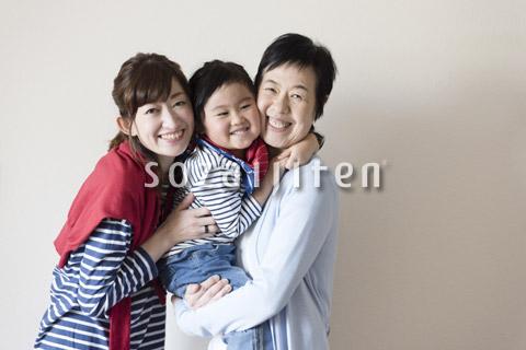 母親に抱きつく娘とその祖母