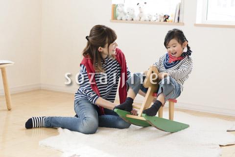 子供部屋で遊ぶ母娘