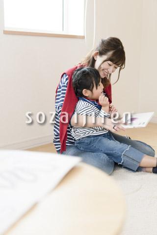 絵本を読み聞かせる母親
