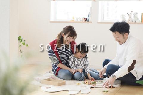 子供部屋で遊ぶ親子3人