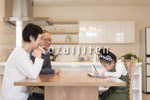 孫のお絵かきを見守る祖父母
