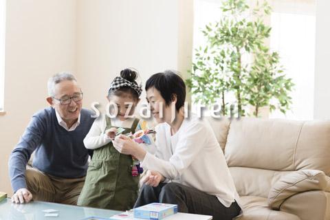 孫と遊ぶおじいちゃんとおじいちゃん