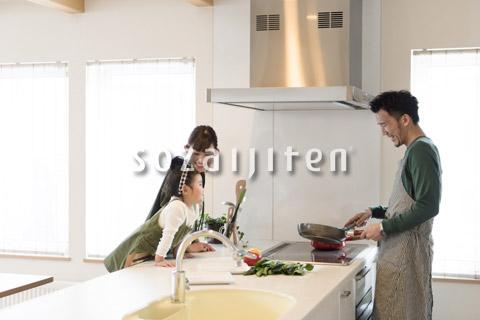 家族の前で料理の腕を振るう父親