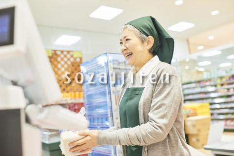 スーパーのレジで働くシニア女性