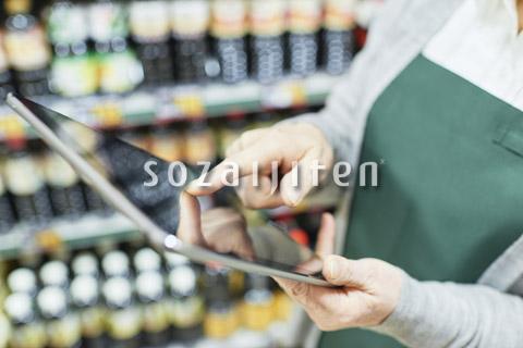 スーパーの在庫を確認するシニア女性