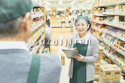 スーパーで働くシニアの男女(商品管理)