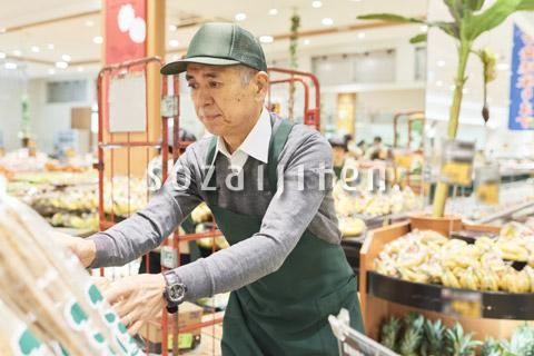 スーパーで働くシニア男性(商品補充)