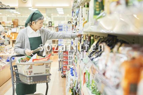 スーパーで買物代行をするシニア女性