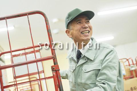 スーパーでマネージャーとして働くシニア男性(在庫管理)